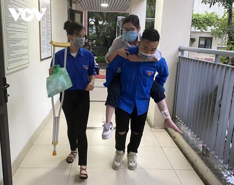 Một thí sinh tại điểm thi THCS Khương Đình bị chấn thương vùng chân được tình nguyện viên cõng vào phòng thi.
