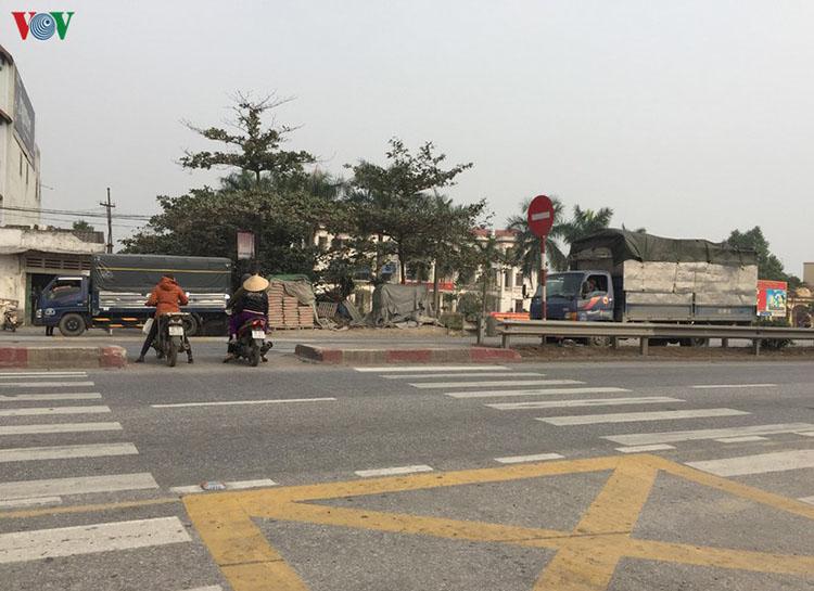 Cung đường nguy hiểm tại thôn Lai Khê luôn đông người qua lại.