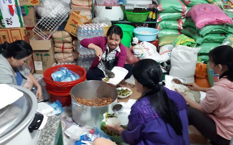 Cùng nhau nấu cơm phát miễn phí cho người dân.