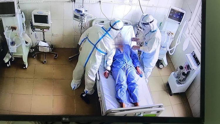 Điều trị bệnh nhân COVID-19. (Ảnh: Bộ Y tế)