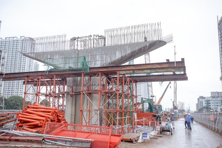 Đơn vị thi công đang tiến hành các làm giàn giáo để chuẩn bị lao lắp dầm dự án cầu cạn đoạn Mai Dịch-Nam Thăng Long.