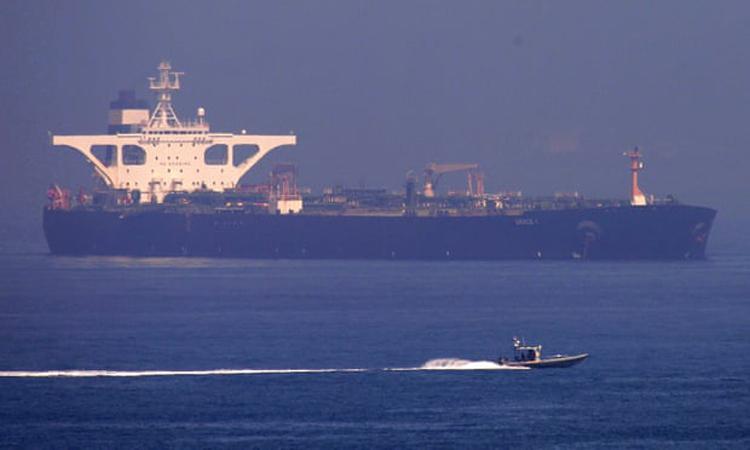 Hải quân Anh vây bắt tàu chở dầu Grace 1 của Iran. Ảnh: EPA