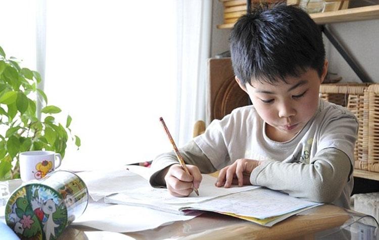 Việc giáo viên giao nhiều bài tập dịp Tết khiến học sinh lo lắng, căng thẳng. ảnh minh họa