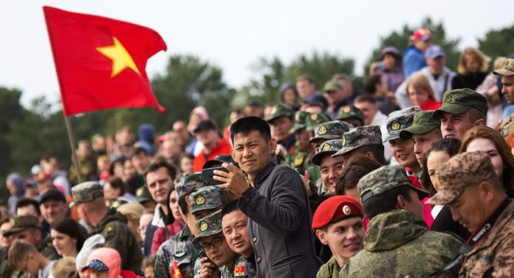 Khán giả theo dõi đội tuyển Việt Nam thi đấu.