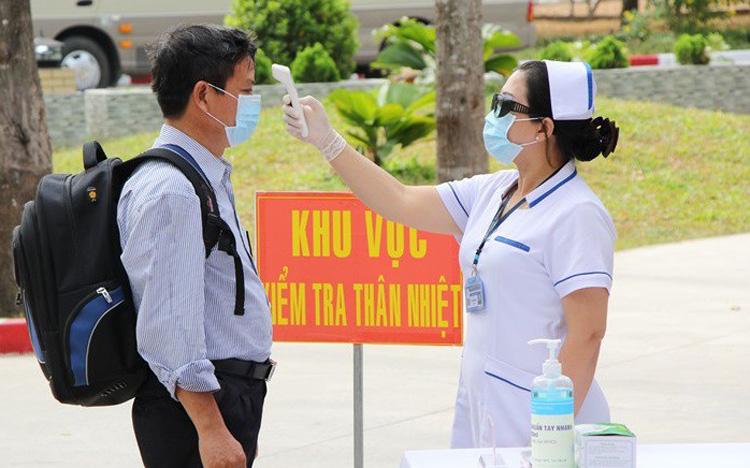 Nhân viên y tế kiểm tra thân nhiệt phòng dịch Covid-19. Ảnh: Bộ Y tế Việt Nam.