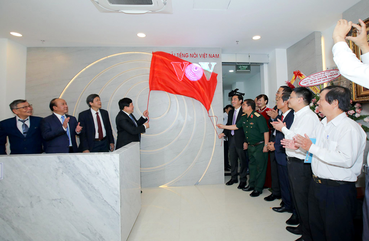 Tổng Giám đốc Nguyễn Thế Kỷ cùng đại biểu thực hiện nghi lễ bàn giao công trình trụ sở VOV miền Trung.