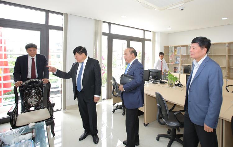 Tổng Giám đốc Nguyễn Thế Kỷ dặn dò cán bộ, phóng viên và người lao động VOV miền Trung khai thác hiệu quả công trình khi đưa vào sử dụng