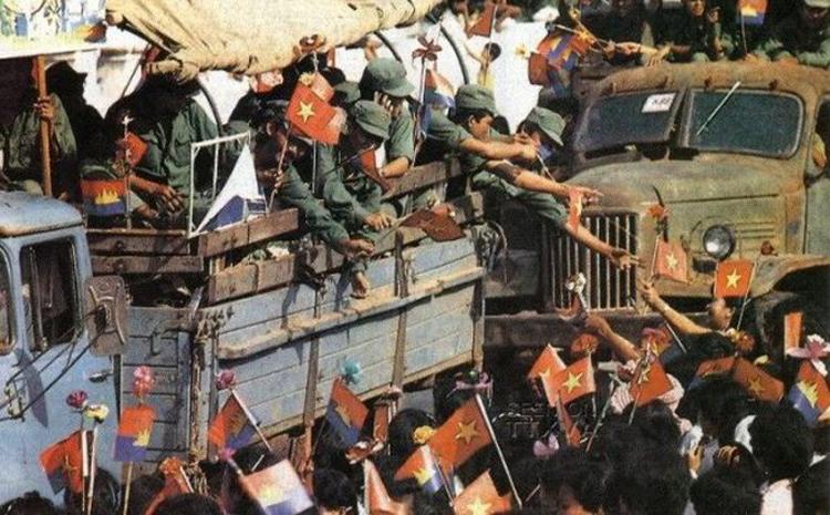 Lính tình nguyện Việt Nam rút khỏi chiến trường Campuchia.