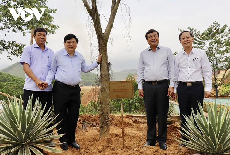 Ông Phan Việt Cường, Bí thư Tỉnh ủy Quảng Nam, ông Nguyễn Thế Kỷ, Tổng Giám đốc Đài TNVN trồng cây lưu niệm tại trung tâm huyện Đông Giang.
