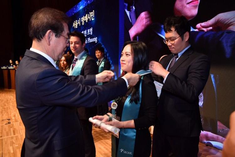 Lê Nguyễn Minh Phương ( nữ thứ 2) là người Việt Nam đầu tiên trong cộng đồng người Việt tại Hàn Quốc vinh dự nhận giải thưởng cao quý này của thành phố Seoul, Hàn Quốc Ảnh nhân vật cung cấp.