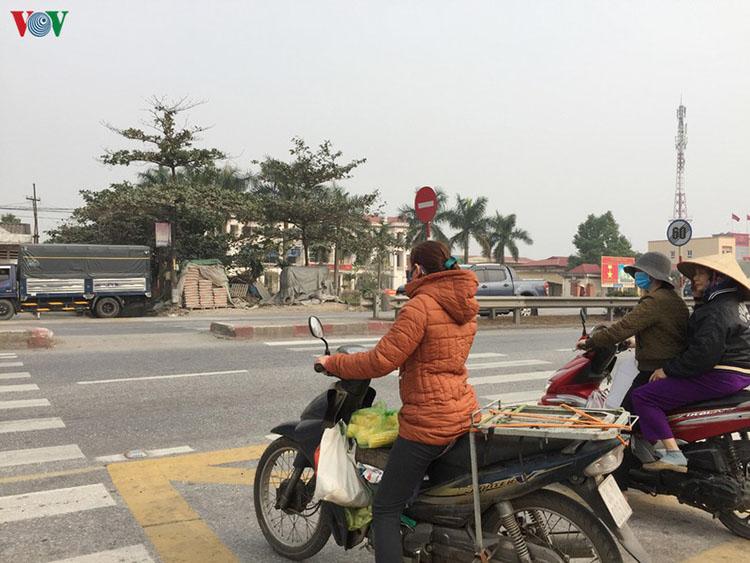 Người dân thôn Lai Khê, xã Cộng Hòa hàng ngày vẫn phải băng qua cung đường nguy hiểm này.
