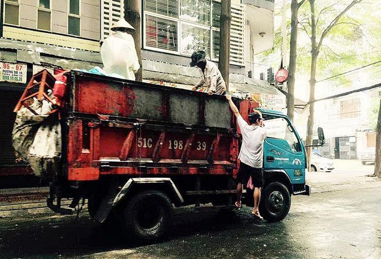 Người dân, du khách phải nín thở khi bắt gặp những thùng rác, xe rác lộ thiên, phải bịt mũi khi đi ngang qua (Ảnh: TN&MT).