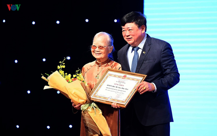 Tổng Giám đốc Nguyễn Thế Kỷ đã trao tặng bằng khen và chúc mừng NSND Kim Đức.