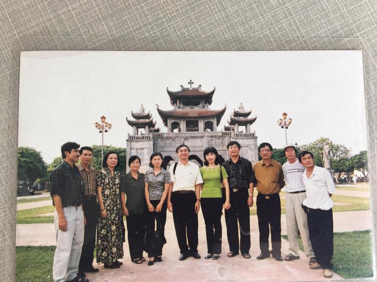 Nhà thơ Trần Mạnh Thường - nguyên Trưởng ban Văn học -Nghệ thuật mặc áo vàng, thứ 3 từ phải qua.