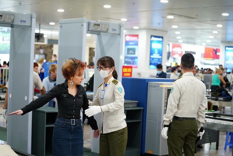 Nhân viên an ninh hàng không đeo khẩu trang, găng tay khi làm nhiệm vụ tại CHK Nội Bài.