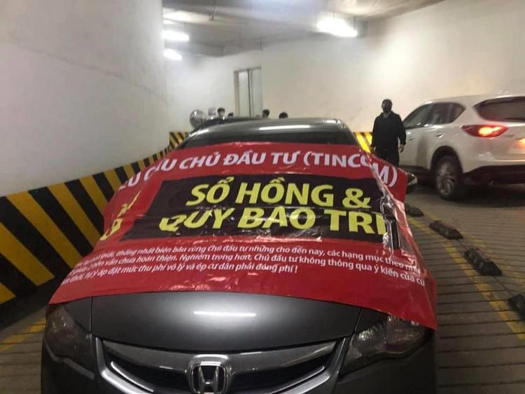 Cư dân căng băng rôn trên xe khi Ban Quản lý tòa nhà khóa vé xe tháng của cư dân.