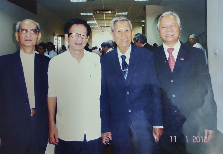 Ông Truyền (áo trắng) và ông Nguyễn Hữu Hạnh (thứ 2 từ phải sang) chụp ảnh chung hồi năm 2012.