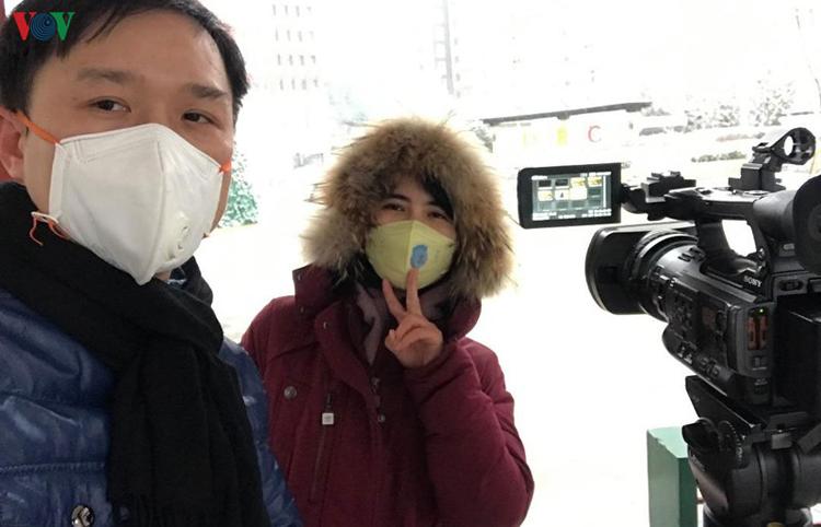 Phóng viên VOV Đinh Tuấn và đồng nghiệp đưa tin về dịch viêm phổi cấp do virus corona.