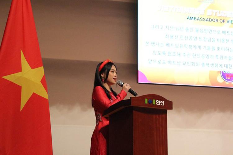 Minh Phương tại sự kiện Ngày Sinh viên Việt Nam toàn Hàn Quốc. Tại sự kiện này, cô làm MC kiêm phiên dịch. - Ảnh nv cung cấp