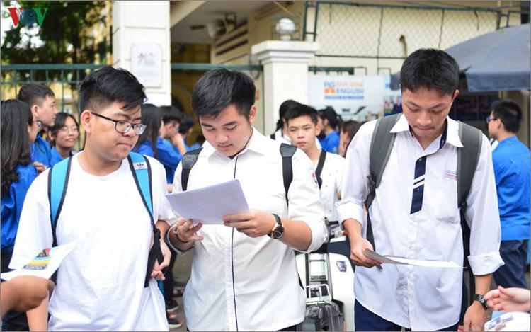 Từ ngày 15/6, các học sinh lớp 12 trên cả nước đã bắt đầu làm hồ sơ đăng ký dự thi tốt nghiệp trung học phổ thông và xét tuyển đại học, cao đẳng.