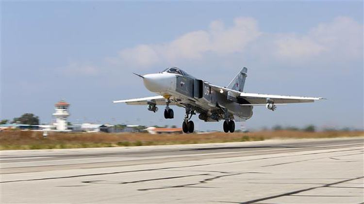 Bức ảnh chụp ngày 3/10/2015 cho thấy một máy bay ném bom Sukhoi Su-24 cất cánh khỏi căn cứ không quân Hmeimim ở tình Latakia, Syria. Ảnh: AFP