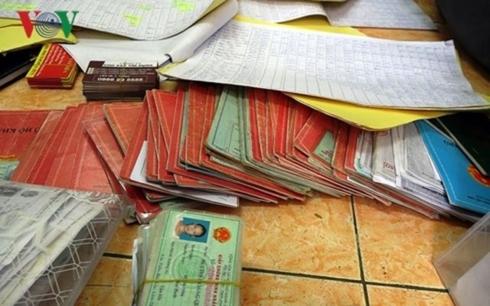 Tang vật thu được từ một băng nhóm hoạt động tín dụng đen được cơ quan công an xử lý tại Lâm Đồng.