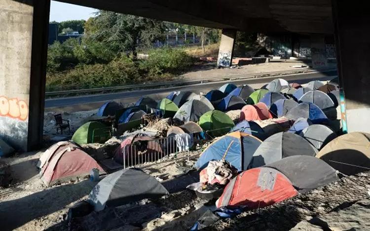 Trại của người tị nạn ở ngoại ô Paris. Ảnh: Le Monde.
