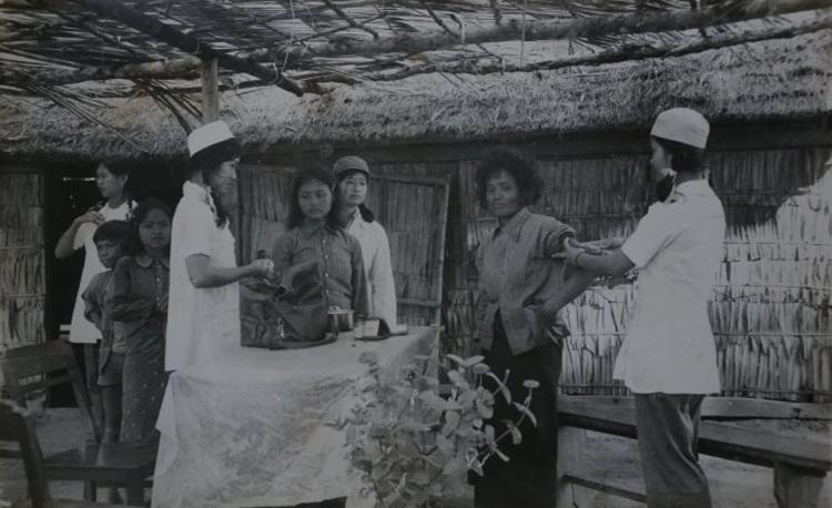 Trạm y tế còn nhiều hạn chế cho nên sốt rét là kẻ thù đáng sợ của quân tình nguyện Việt Nam ở Campuchia.