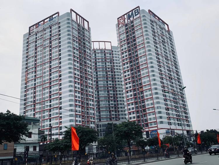 Cư dân treo băng rôn ở các căn hộ yêu cầu chủ đầu tư bàn giao sổ hồng..