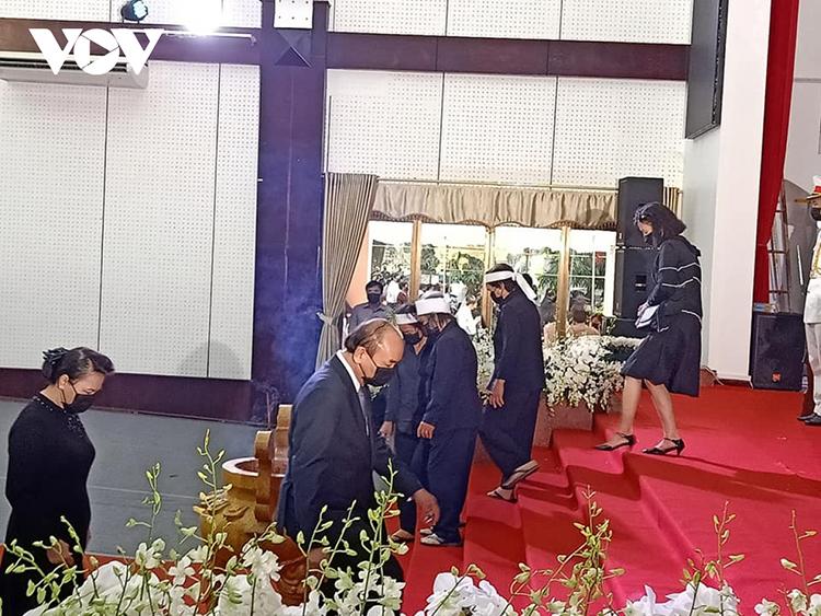 Thủ tướng Nguyễn Xuân Phúc đi vòng quanh linh cữu nguyên Phó Thủ tướng Trương Vĩnh Trọng.
