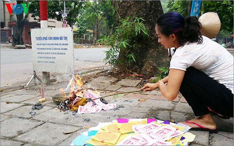 Trong những ngày gần Rằm tháng 7, khi đi trên đường phố Hà Nội, người ta dễ dàng bắt gặp hình ảnh các gia đình đốt vàng mã trước cửa nhà, bên hè.