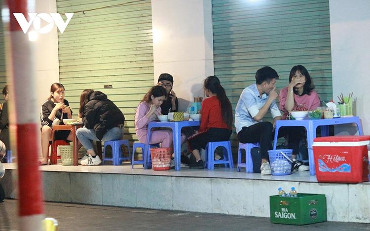 Một số quán ăn trên đường Quang Trung (Hà Đông) vẫn bày bàn ghế ra vỉa hè đón khách vào ăn (Ảnh: Hà Thủy)