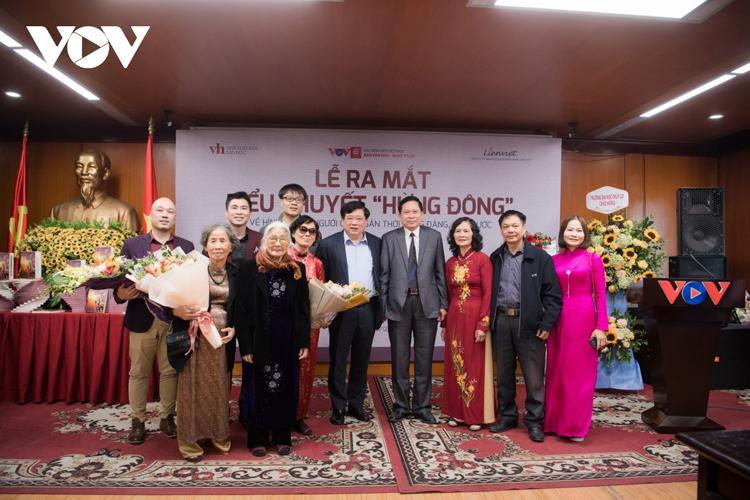 PGS.TS Nguyễn Thế Kỷ chụp ảnh lưu niệm cùng gia đình nhà cách mạng Phan Đăng Lưu.