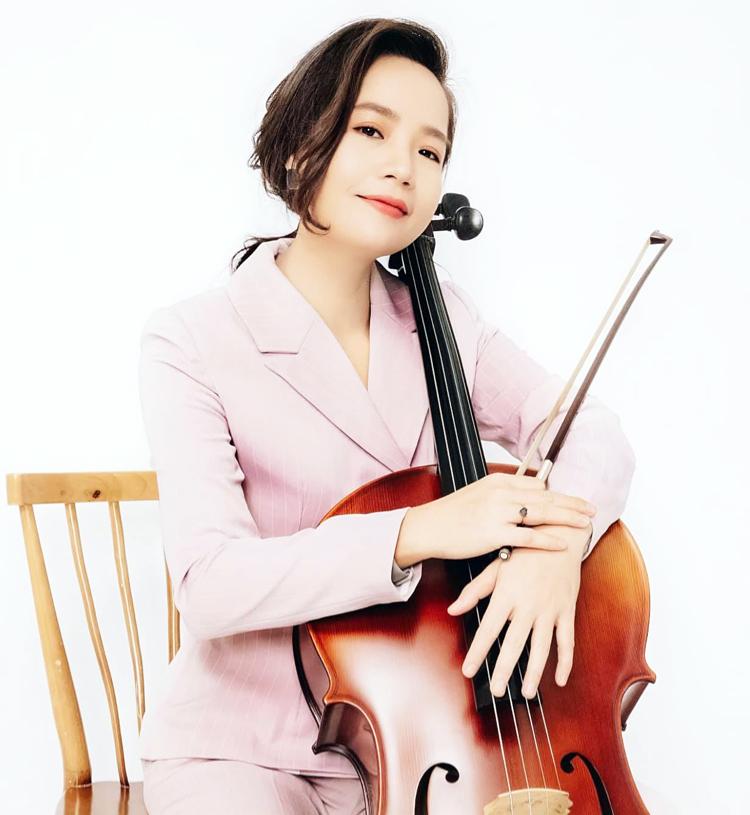 Nghệ sĩ Đinh Hoài Xuân nhiều năm du học nước ngoài, đã có bằng tiến sĩ chuyên ngành biểu diễn cello.