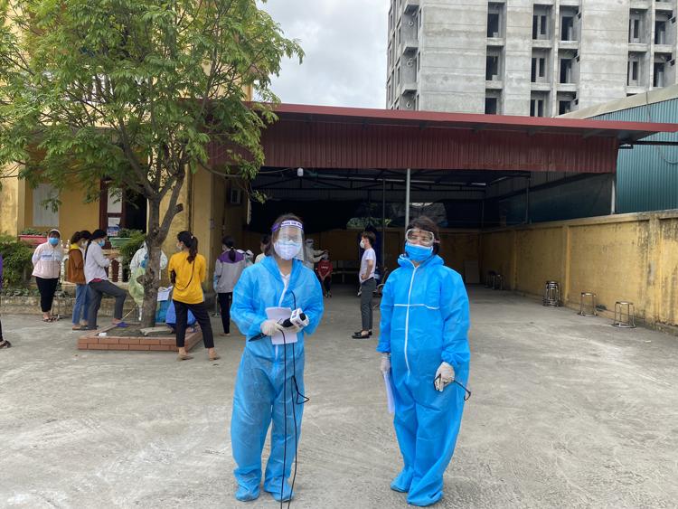 Bác sĩ có gì, phóng viên VOV2 có nấy: từ quần áo bảo hộ, tấm chắn, khẩu trang N95, găng tay, vỏ bịt micro, dung dịch sát khuẩn…