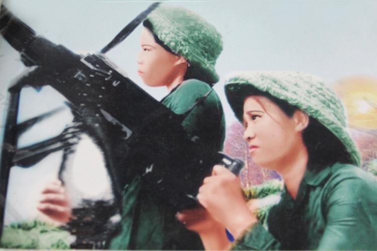 Tiểu đội trưởng dân quân gái Kỳ Phương (người cầm súng) trong giờ trực chiến.