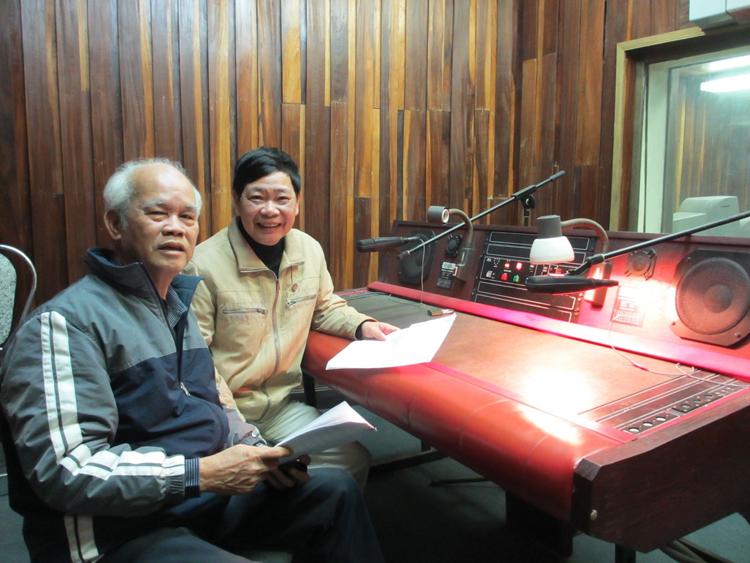 Nhà báo Đình Khải (bên trái) cùng nhà báo Xuân Bách trong phòng thu bình luận bóng đá.