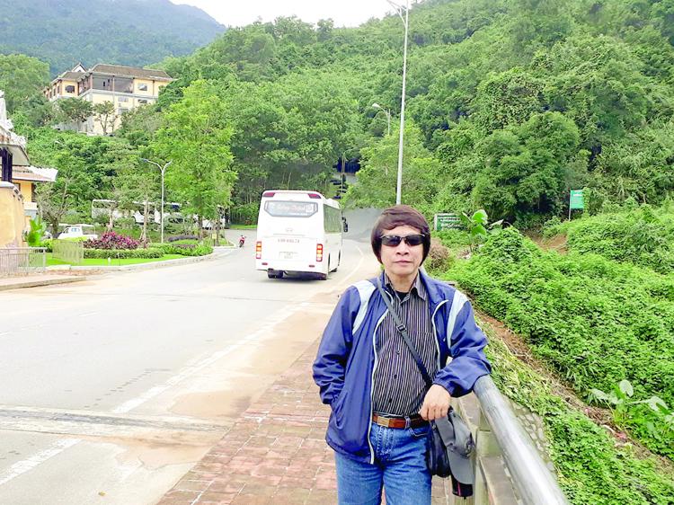 Nhà biên kịch Đinh Thiên Phúc trong một chuyến công tác.