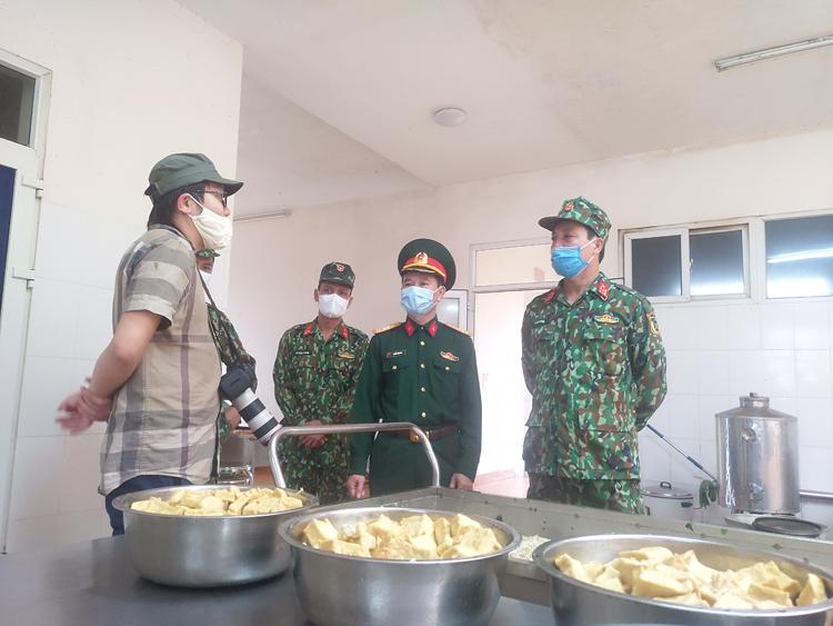 Nhà báo Đỗ Trọng Phú tác nghiệp tại bếp ăn của tiểu đoàn.