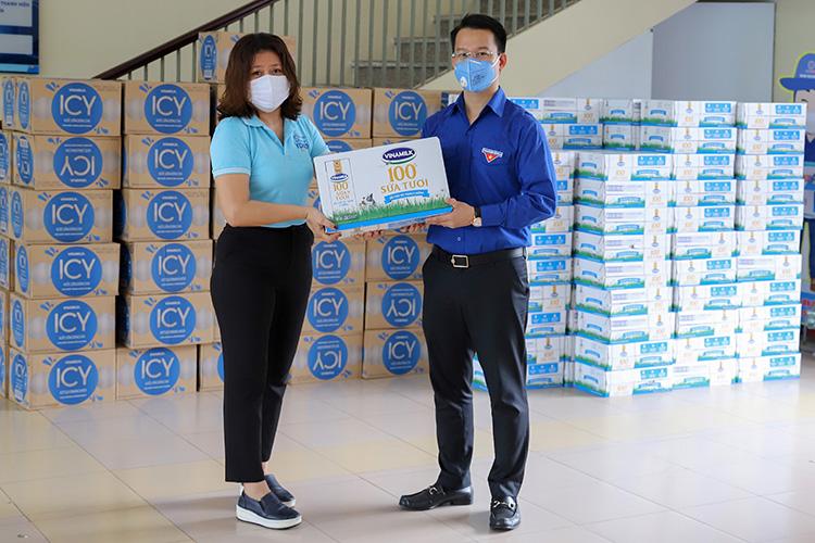 Đại diện Vinamilk trao tận tay sản phẩm đến Thành Đoàn Đà Nẵng, đơn vị được phân công tiếp nhận và phân bổ các sản phẩm về các khu cách ly tại địa phương.