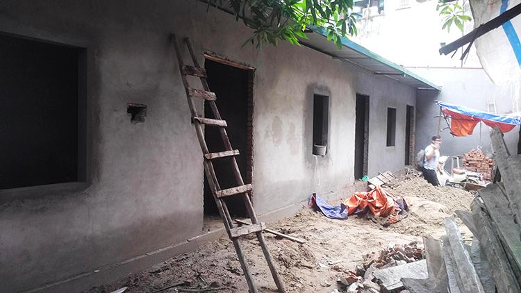 Những dãy nhà mọc lên trong khu vực phường Trương Định đã cho quây tôn để quản lý. Ảnh: Q.H