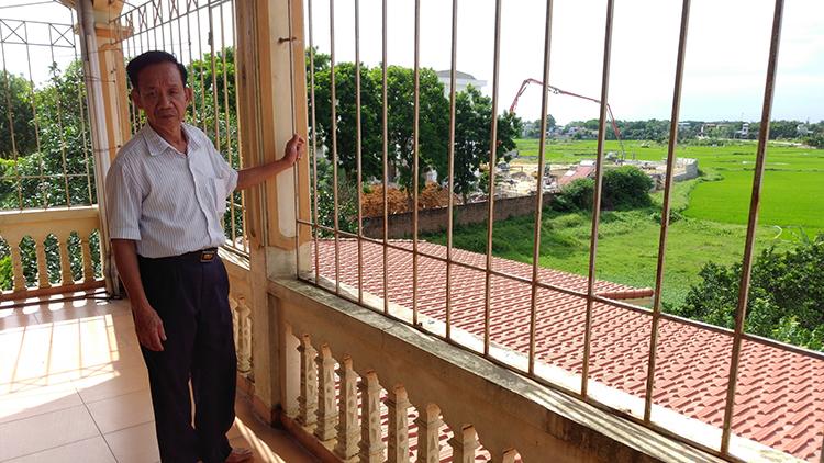 Ông Mô để không gian thoáng của công trình XD trái phép trên đất nông nghiệp sang phía nhà bà Lan là không được phép.