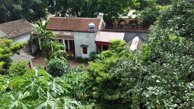 Đứng trên nhà ông Mô dễ dàng quan sát mọi động tĩnh và những hoạt động của gia đình bà Lan.