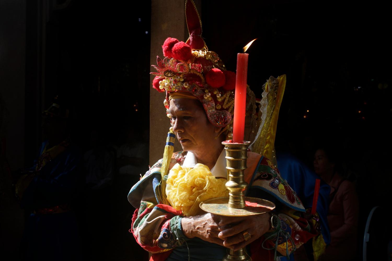 Người hành lễ trong trang phục truyền thống xưa.