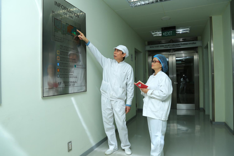 Bác sĩ Lê Quốc Hùng (Trung tâm Nghiên cứu Sản xuất Vắc-xin và Sinh phẩm Y tế - Polyvac) giới thiệu Kế hoạch sản xuất, chuẩn định thẩm định năm 2020 của Trung tâm Polyvac.