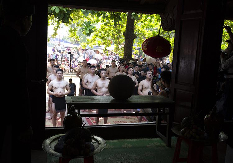 Cầu được làm từ gỗ mít, đường kính khoảng 30cm, cầu được đặt nghiêm trang trong đình làng để làm lễ.