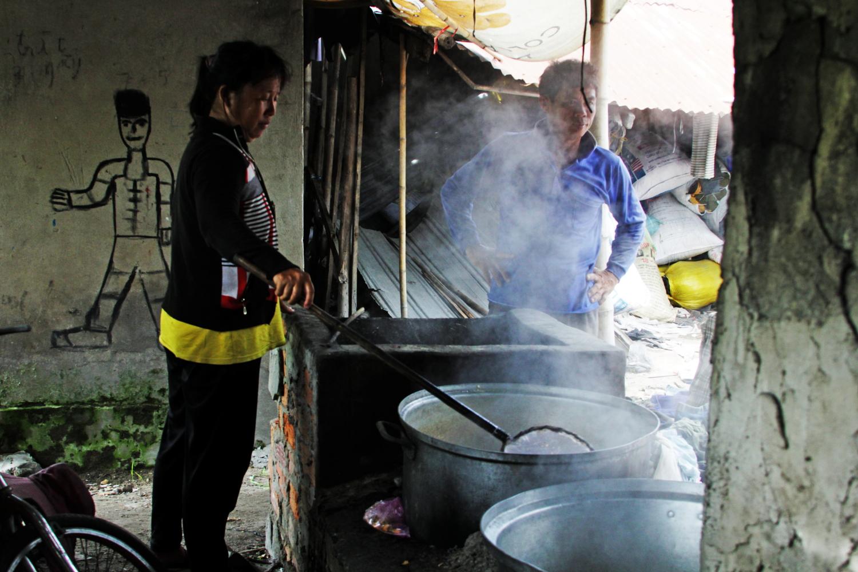 Người dân tộc xã Văn Giáo - huyện Tịnh Biên nấu đường thốt nốt