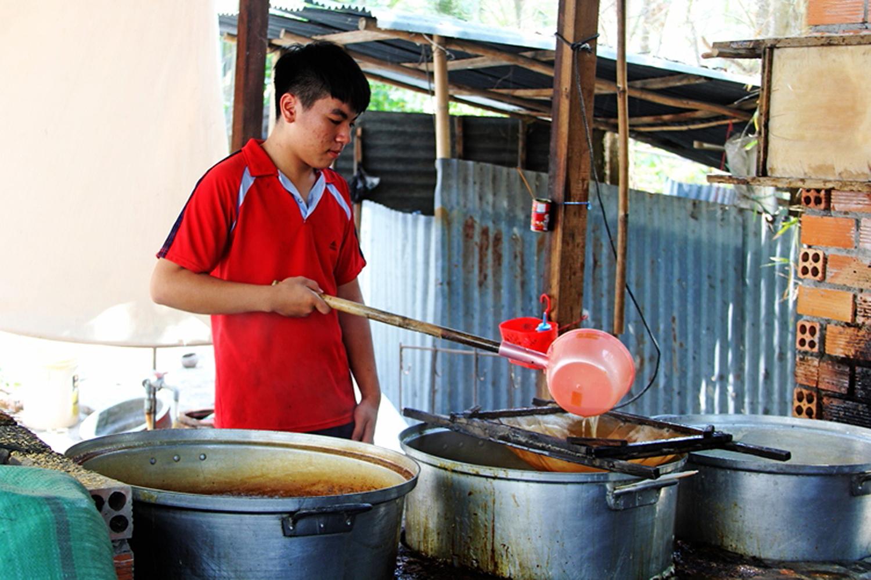 Lọc sạch cặn bả nước thốt nốt nguyên chất để nấu đường