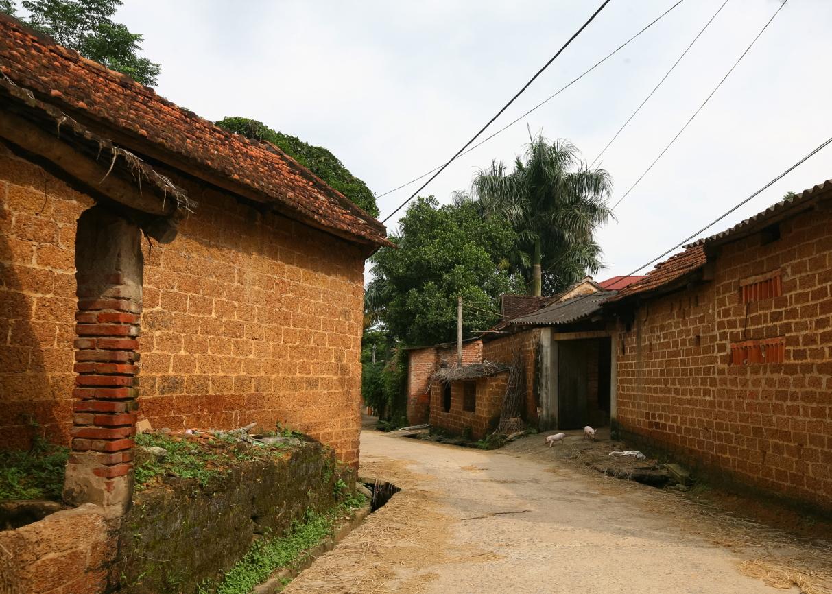 Cổng nhà, tường rào, tường nhà, nhà bếp, bờ ao… đều làm từ đá ong.