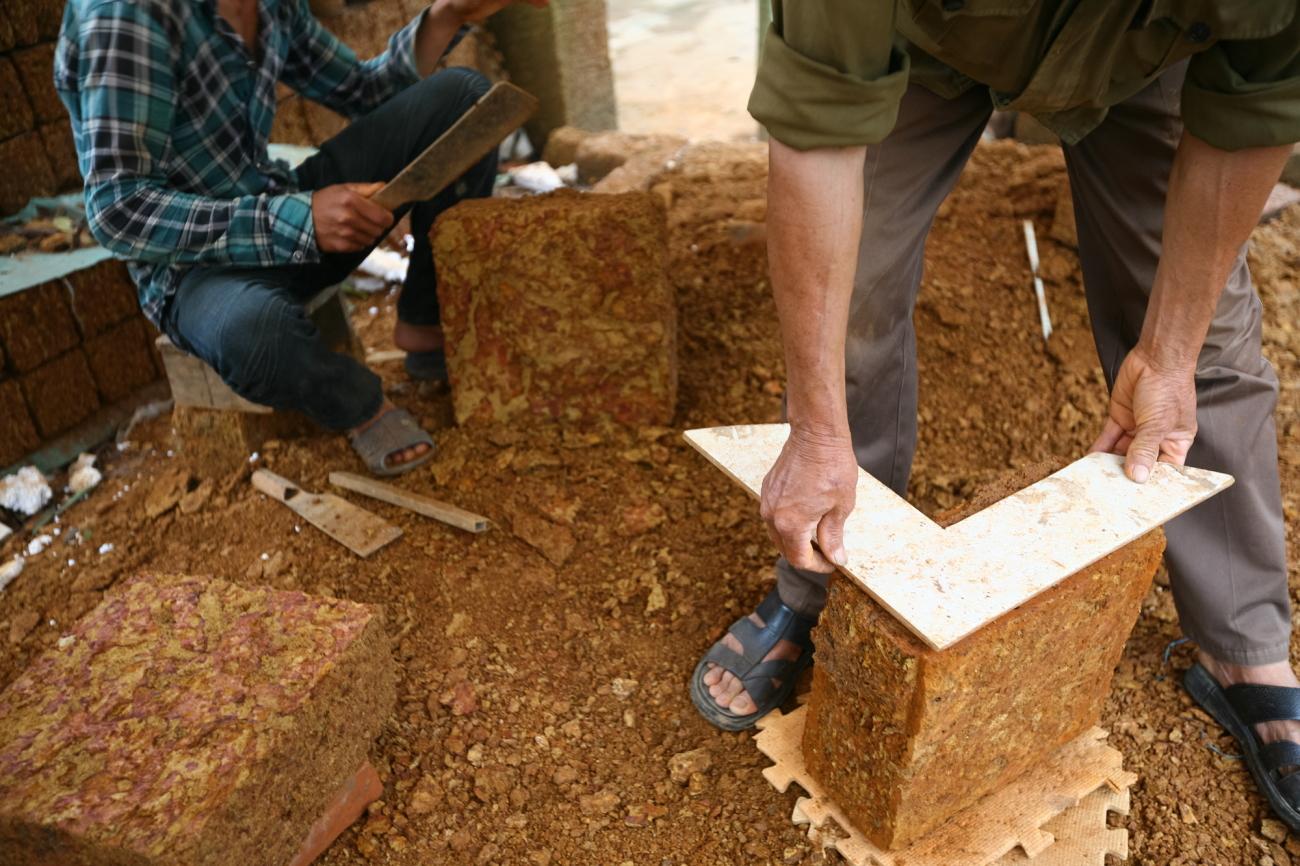 Công việc của những người thợ chế tác đá ong.